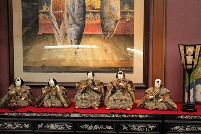 江戸時代の五人囃子とうおやの塩引鮭・武者人形を描いた絵画